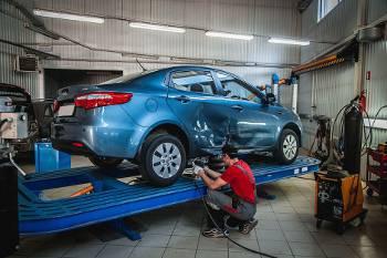 Процесс выравнивания вмятин на автомобиле